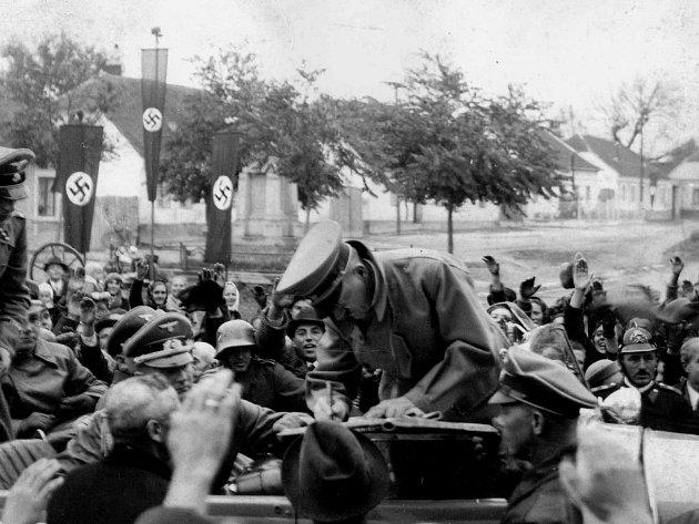 Návštěva Adolfa Hitlera vodstoupeném Mikulově na podzim roku 1938.