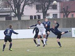 Fotbalisté Mutěnic (modré dresy) zvládli vstup do jara výhrou 3:2 nad sokem ze Svratky Brno.