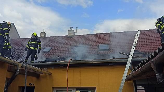 Šest jednotek hasičů likvidovalo požár střechy rodinného domu v Mutěnicích na Hodonínsku.