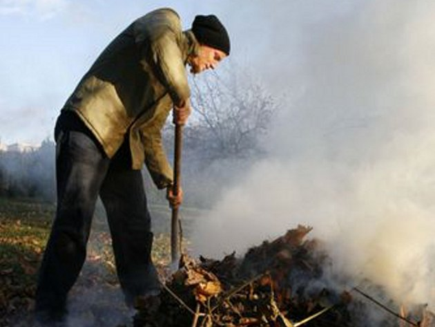 Za pálení trávy hrozí pokuta