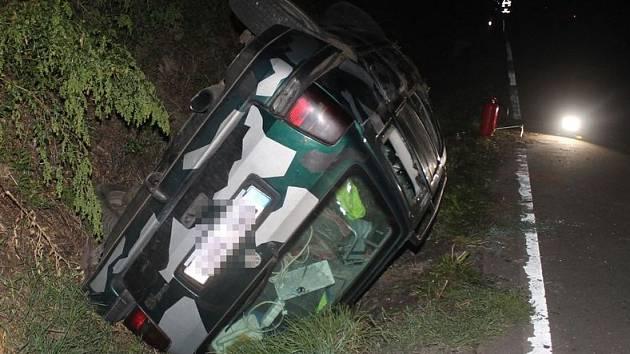 Na silnici nedaleko Dambořic opilý řidič převrátil Volkswagen Golf na střechu.