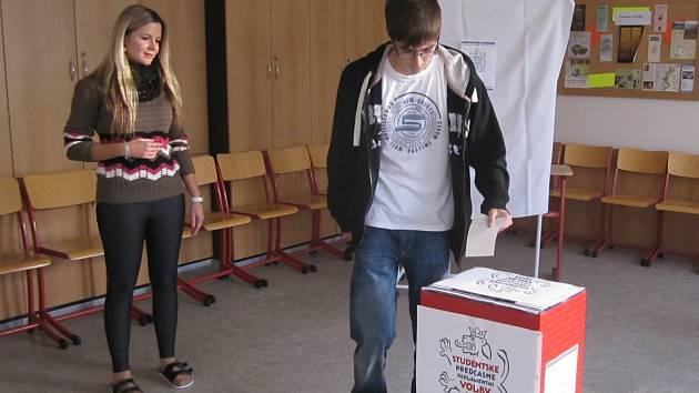Studentské předčasné parlamentní volby ve veselské Obchodní akademii.