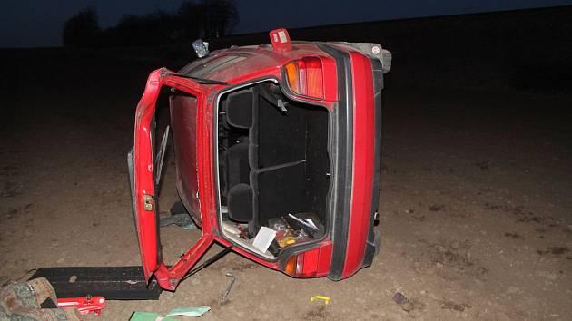 Mladá řidička otočila při nehodě auto na střechu
