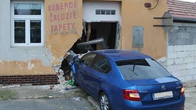 Škodu za téměř půl milionu korun napáchal o víkendu dvaadvacetiletý řidič modré Škody Octavia. V Žádovicích naboural do u silnice stojícího domu a poničil jej.