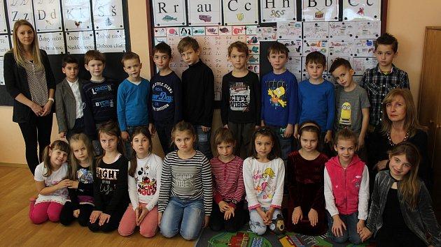 Žáci I.AzMasarykovy základní školy ve Vracově střídní učitelkou Miroslavou Peťkovou.