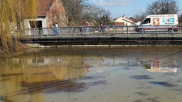 Voda pod mostem do Rybář v r. 2006.