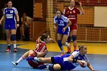 Házenkářky Veselí nad Moravou (v červených dresech) venku prohrály i druhý letošní duel a v interligové tabulce jsou po pěti kolech sedmé.