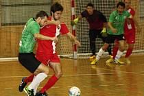Béčko Hodonína (v červených dresech) si ve druhé futsalové lize připsalo první výhru. Rezerva Tanga zvítězila nad Žabinskými Vlky 8:1.