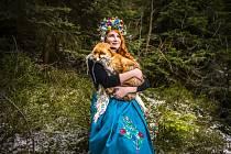 Ze záliby se stal plný pracovní úvazek. Výtvarnice Vendula Pucharová z Drnholce na Břeclavsku (na snímku) přenáší motivy z lidových krojů na módní oblečení.