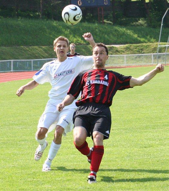 DALŠÍ DERBY. Kyjovský Petr Lipčík (v bílém) nastoupí v neděli proti svému loňskému klubu – FC Veselí.