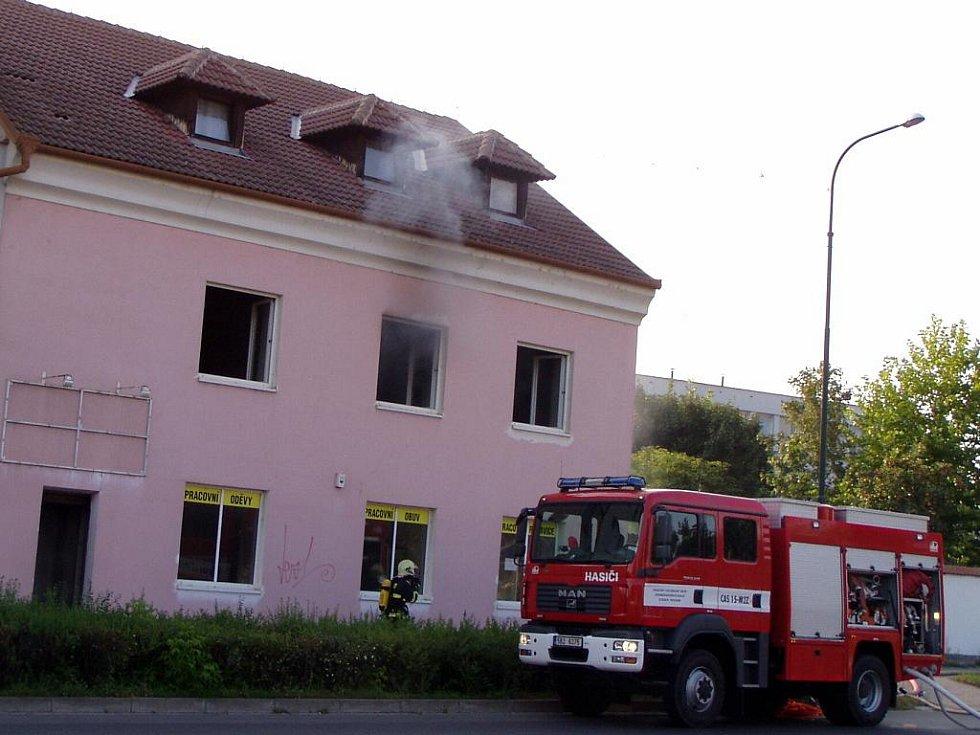 Požár třípatrového skladu oděvů v Hodoníně naproti Zámečku