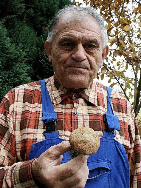 Václav Koplík drží vzácný klouzek douglaskový