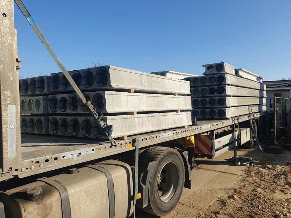 Instalace stropních panelů na nové hasičské zbrojnici v Čejkovicích v druhé polovině minulého týdne. Zdroj: Obec Čejkovice