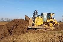 Pracovníci firmy dělají skrývku zeminy na zhruba devět kilometrů dlouhém úseku, kde vznikne úsek dálnice D55 mezi Starým Městem a Moravským Pískem.