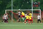 Hodonínští fotbalisté (v šedých dresech) porazili v domácí odvetě Kroměříž 3:1.