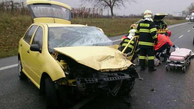 Srážka dvou automobilů u Lužic na Hodonínsku zablokovala v sobotu dopoledne na hodinu hlavní tah I/55 z Hodonína na Břeclav.