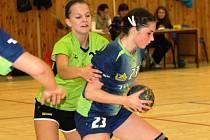 Mladá veselská spojka Barbora Melichárková (v zeleném) nedala hráčce Otrokovic žádný prostor. Favorit nakonec vyhrál 34:18.