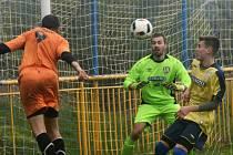 Fotbalisté Rohatce zahazovali proti rezervě Břeclavi šance. Obránce Slavoje Petr Vašek (na snímku) si na hostujícího brankáře Lešňovského nepřišel. GVyrovnání zařídil až Jakub Tomšej.