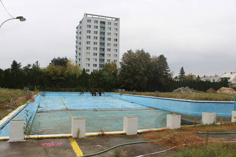 Demolice městského koupaliště v Kyjově, stav první říjnovou středu 2021.
