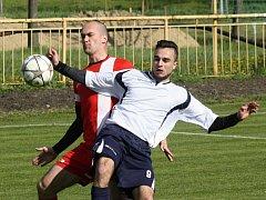 Fotbalisté Milotic porazili sousední Vacenovice 2:1. Na snímku bojují o míč domácí obránce Marek Mikéska (vlevo) a hostující útočník Tomáš Knotek.