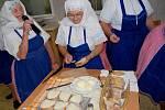 Tetky z Ježova připomněly stloukání másla klinetům kyjovského domova důchodců.