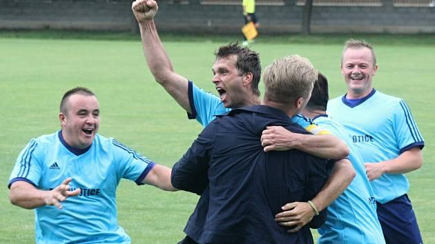 Fotbalisté Milotic ( v modrých dresech) po divoké domácí remíze 5:5 se Strážnicí potvrdili postup do vyšší krajské soutěže.