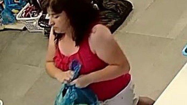Žena ukradla v prodejně mobil. Zachytila ji průmyslová kamera