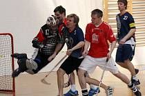 Útočníci Ratíškovic Duda a Gajdík (v červeném) dotírají na brankáře Otrokovic. Panteři nakonec prohráli oba soobtní zápasy.