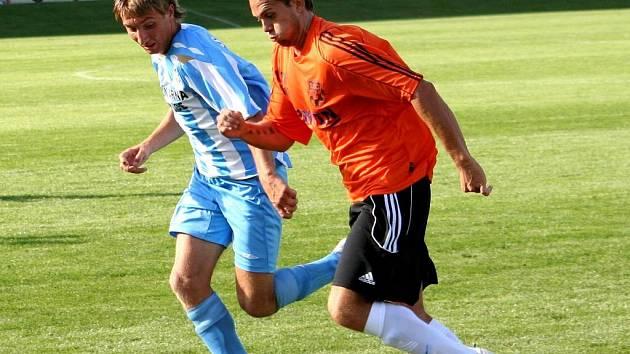 Obránce Šardic Ondřej Sukup (v modrobílém) v běžeckém sounoji s hráčem Znojma.