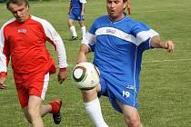Staří páni Žeravic (v červeném) prohráli s bývalými hráči Kyjova 1:7. Na hosty se trefil i delegát ČMFS Josef Bábíček.