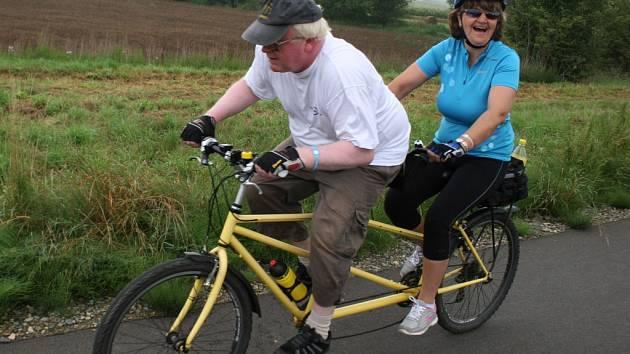 Výlety jižně od penzionu ve Svatobořicích měli nevidomí usnadněn díky nové cyklostezce po zaniklé železnici do Mutěnic.