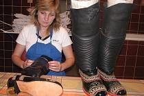Jindra Šťastná z Mistřína je už zřejmě jedinou ženou na Kyjovsku, která umí vrapit ženské krojové boty.