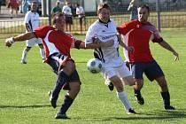 Fotbalisté Milotic (v červeném) deklasovali ve 23. kole první B třídy o záhcranu bojující Svatobořice 7:0.