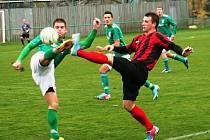 Hodonínský záložník Tomáš Salajka (vpravo) bojuje o míč s obráncem Bystrce Pavlem Outratou.