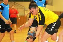 Zkušená hodonínská pivotka Šárka Pospíšilová (ve žlutém) se proti Karviné prosadila hned čtyřikrát.