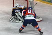 Hodonínští hokejisté (oranžovo-modré dresy) prohrávali doma s Kopřivnicí ve 38. minutě 2:5, nakonec ve 27. kole brali dva body po výhře 6:5 po prodloužení.