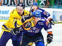 Hodonínští hokejisé (v oranžovomodrých dresech) ve 23. kole druhé ligy prohráli doma se Šumperkem 2:3 po samostatných nájezdech. V tabulce ale zůstali třetí.