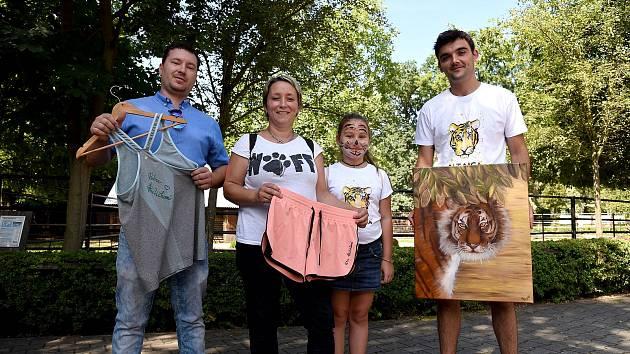 Více než 27 tisíc korun vynesla dražba obrazu a sportovního oblečení  v ZOO Hodonín. Pomůže k záchraně volně žijících ohrožených tygrů ussurijských.