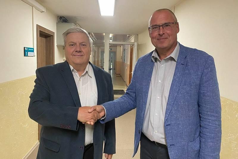 Ředitel kyjovské nemocnice Lubomír Wenzl (vpravo) s novým ekonomickým náměstkem Zdeňkem Buštíkem.