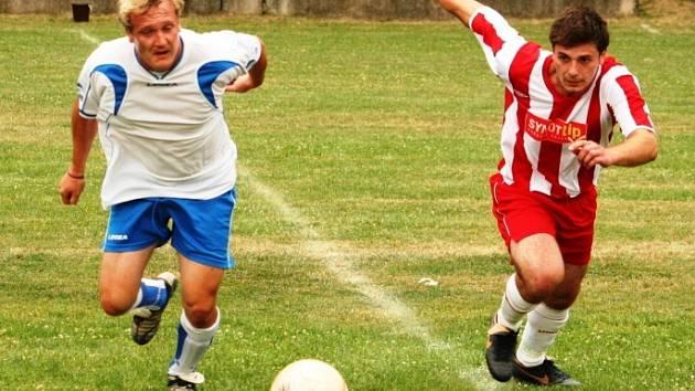 Fotbalová příprava mezi Sokolem Sobůlky a Mogulem Vacenovice. Vlevo domácí Jelínek, vpravo Chvátal.