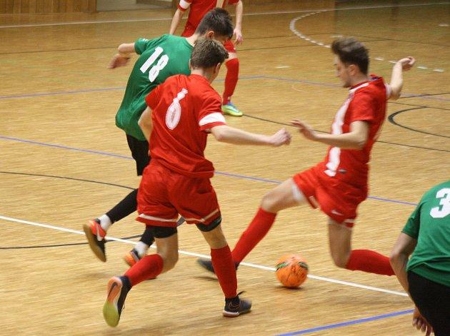Hodonínští futsalisté (červené dresy) z kategorie U17 jsou vicemistři České republiky.