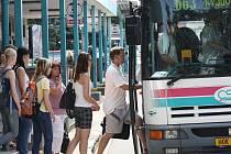Autobus na hodonínském nádraží při odpolední špičce.