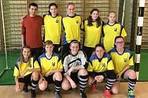 Fotbalistky divizního Vlkoše hrající ve žlutých dresech skončily v kyjovské sklárenské hale třetí. Druhé družstvo Sokola neprohrálo, přesto bylo až páté.