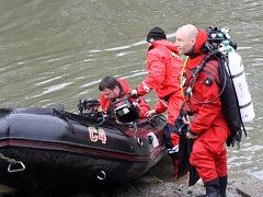 Policisté a záchranáři pátrali ve čtvrtek po pohřešovaných vodácích na řece Moravě.