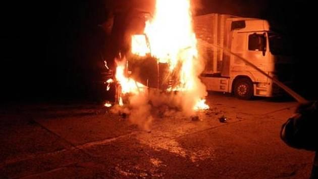 Při požáru kamionového tahače zasahovaly čtyři hasičské jednotky. Škoda je dva a půl milionu korun.