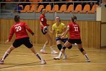 Hodonínské házenkářky (na snímku v červených dresech) zřejmě budou muset první domácí duel MOL ligy se Zlínem odehrát ve Veselí nad Moravou.