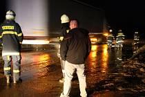 Pět výjezdů čekalo v neděli večer na hasiče z Hodonínska. Ve Velké nad Veličkou, Vracově a Moravském Písku, čerpali vodu ze sklepů. Do Čejče vyjeli o půl desáté večer, aby odklidili bahno ze silnice.