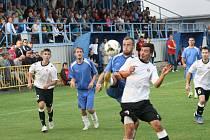 Šlágr šestého kola okresního přeboru Hodonínska mezi Dolními Bojanovicemi (v bílém) a Starým Poddvorovem (modré dresy) skončil remízou 1:1.