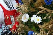 Dožínkový věnec zavěsil hospodář v jizbě, kde zůstal až do Štědrého večera.