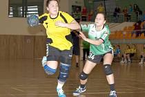 Patnáctiletá pivotka Kateřina Kolísková (ve žlutém) patří mezi velké naděje Hodonína.